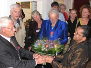 Ernst-geeft-bloemen
